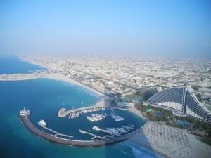 Dubai-Burj Al Arab-Hotel-Blick von der Skybar Richtung Jumeirah Beach Hotel-Heideker-Reisen